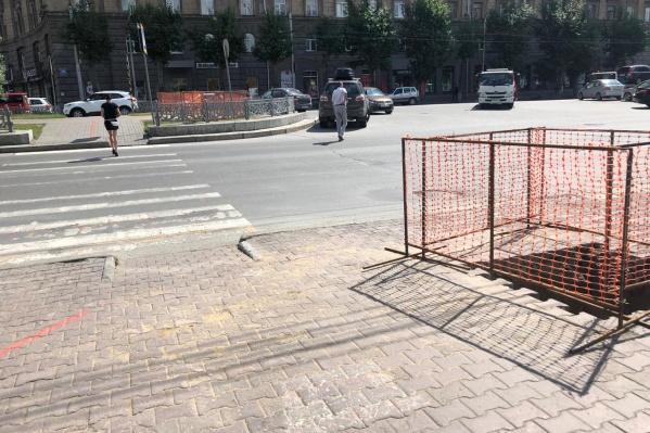 На перекрёстке Красного проспекта и Чаплыгина уже выкопали колодцы для нового светофора