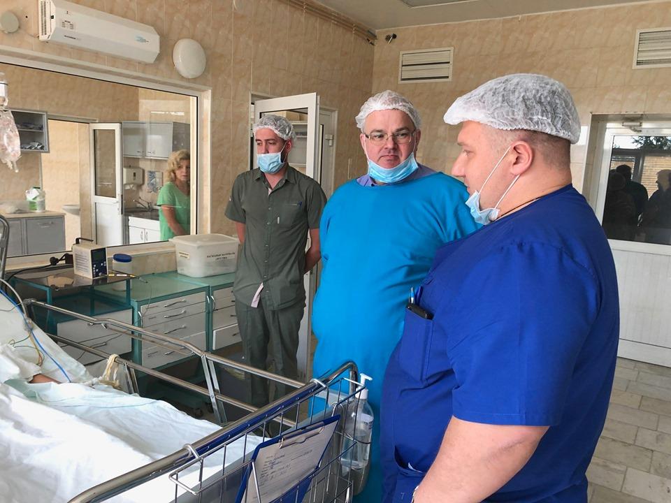 Сегодня пациента навестил министр здравоохранения (на фото в центре)