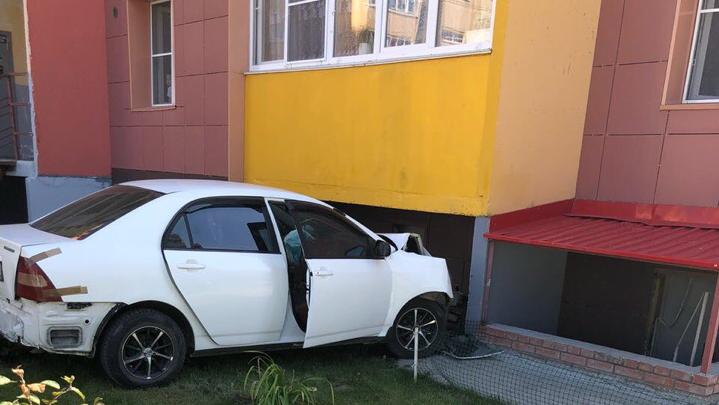 Toyota врезалась в стену дома на Петухова — очевидцы сообщают, что за рулём был ребёнок