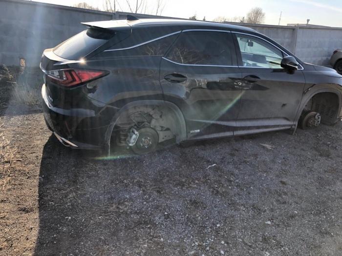 В таком состоянии житель Тюмени обнаружил свою машину. Когда он оставлял её на платной парковке, все колеса были на месте