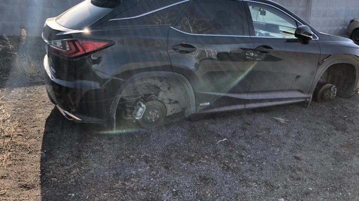 Тюменцы остались без колес стоимостью 390 тысяч, оставив машину на платной парковке у Кольцово