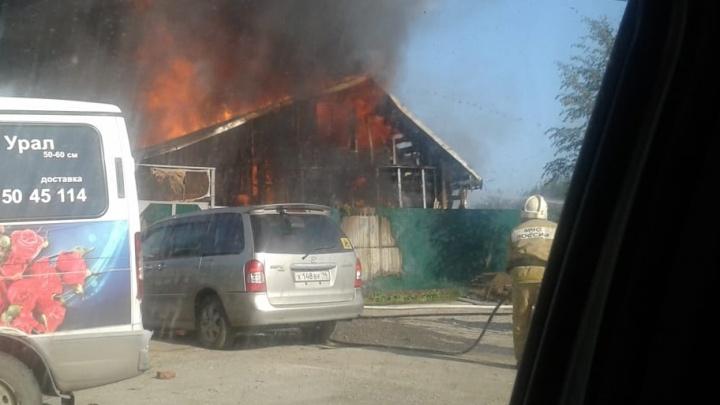 На Проезжей скопилась километровая пробка из-за загоревшегося деревянного дома