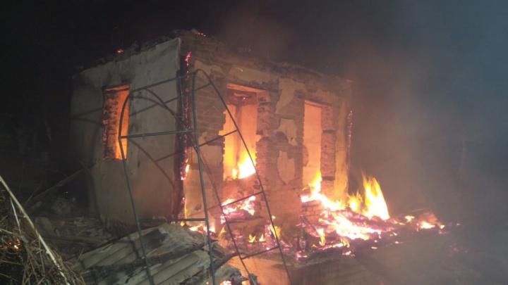 Ночью в коллективных садах под Екатеринбургом одновременно сгорели четыре дома