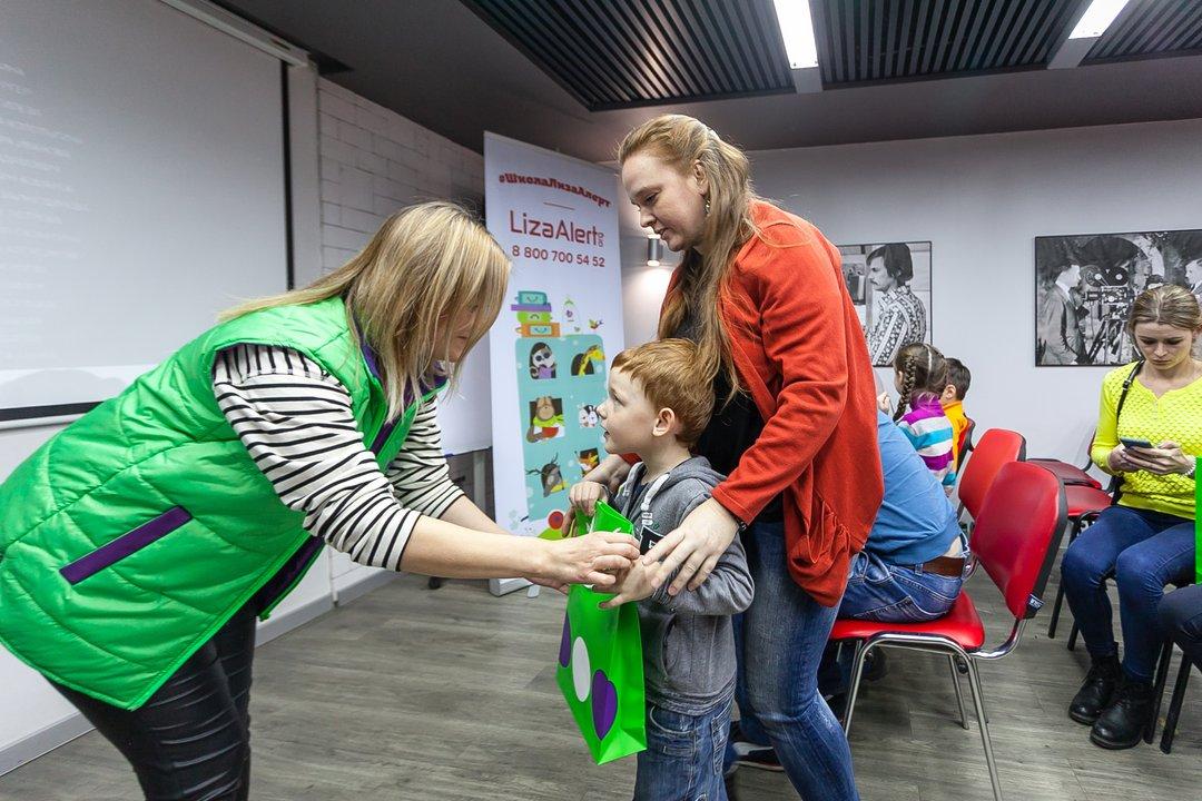 Каждая семья получила на тренинге подарок от компании «МегаФон» — развивающую игру, светодиодную шапочку и полезные брошюры