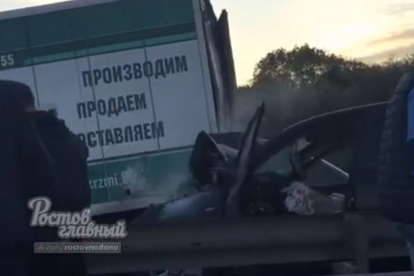 Toyota RAV4 влетела в микроавтобус, а тот в свою очередь — в прицеп грузовика