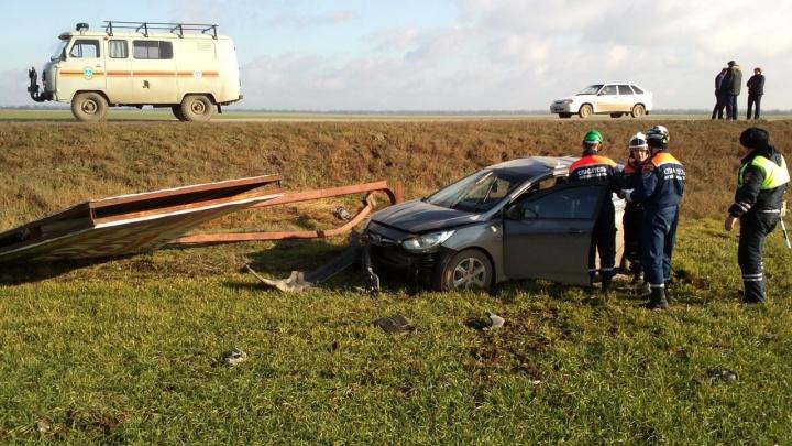 На трассе Сальск — Егорлыкская перевернулся автомобиль. Водителя увезли в больницу