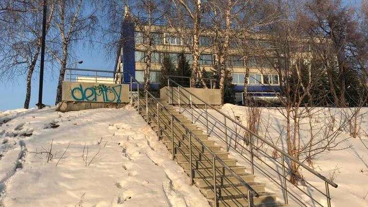 В Башкирии вандалы изрисовали обновленную набережную и сломали качели