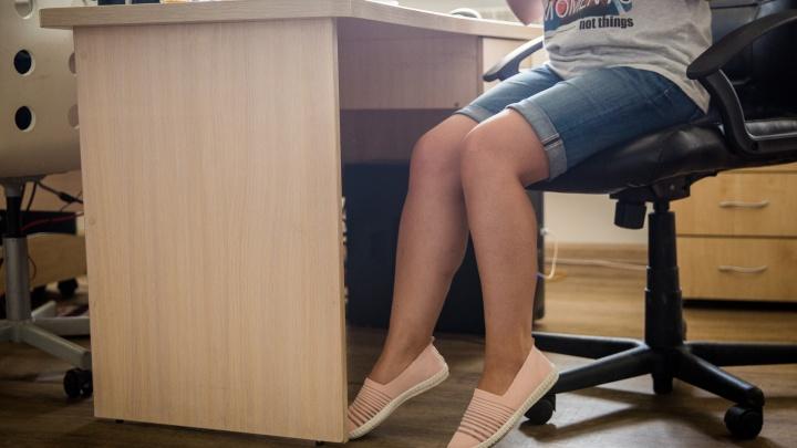 Новосибирцы пожаловались на запрет ходить на работу в шортах