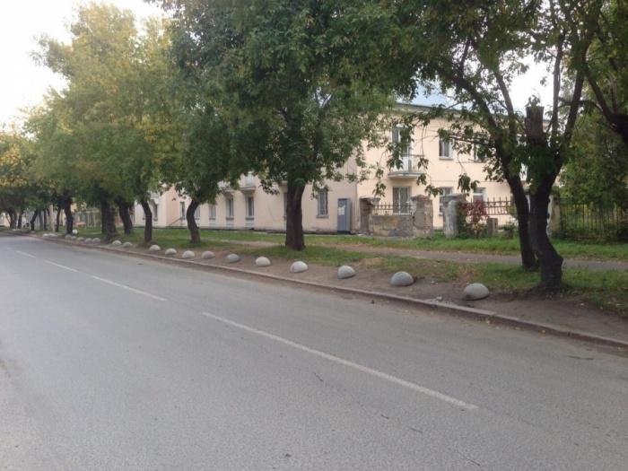 Бетонные полусферы появились на обочине улицы в сентябре