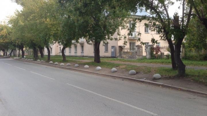 Стали бросать машины на дороге: власти запретили парковаться на улице Театральной