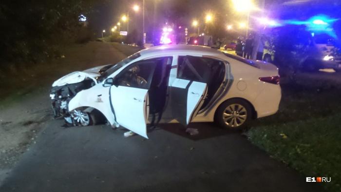 Автомобиль вылетел на тротуар