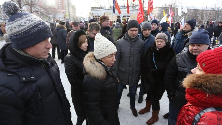 Драка у сцены и феминистки против выбросов: Наталья Котова встретилась с челябинцами в сквере