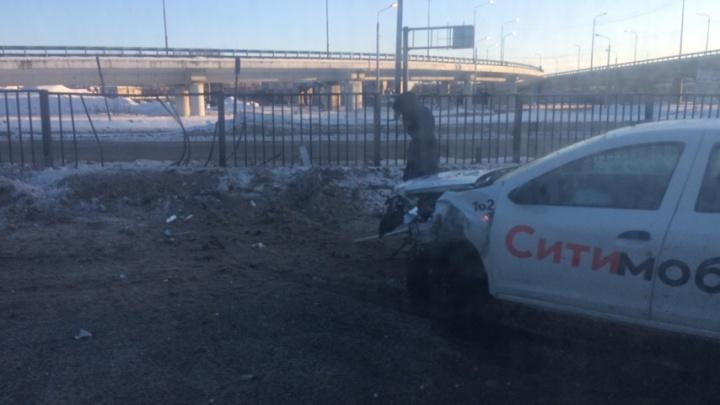 Четыре машины раскидало по дороге: в массовую аварию в Ярославле попала машина такси