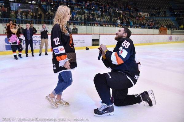 Спортсмен пригласил возлюбленную на лед и встал на одно колено