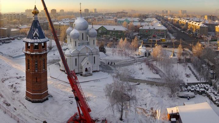 Фото: на 50-метровую колокольню на Учительской поставили золотистый купол с крестом