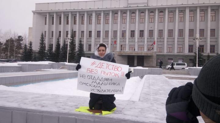 Общественница встала коленями на гречку перед зданием областного правительства