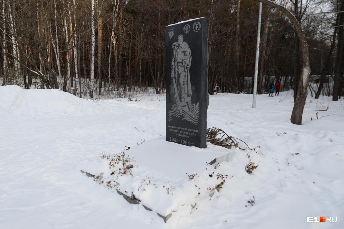 Роман Шадрин активно ставил в парке памятники, которые в народе прозвали могилками