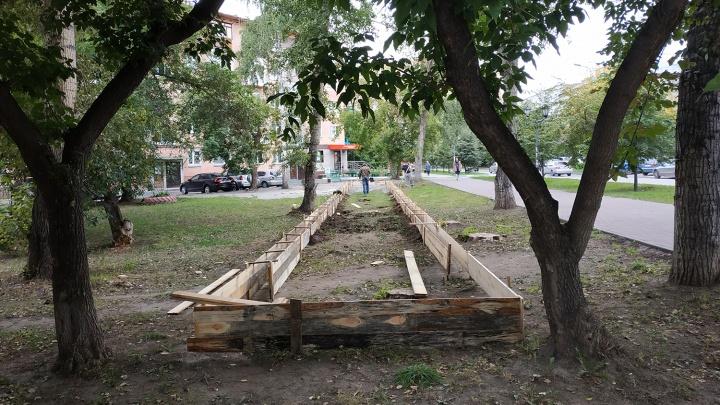Рядом с площадью Калинина начали застраивать газон