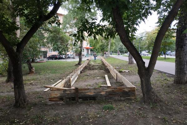 Сегодня между домами на Михаила Перевозчикова, 3 и 5 прямо на газоне начали возводить фундамент