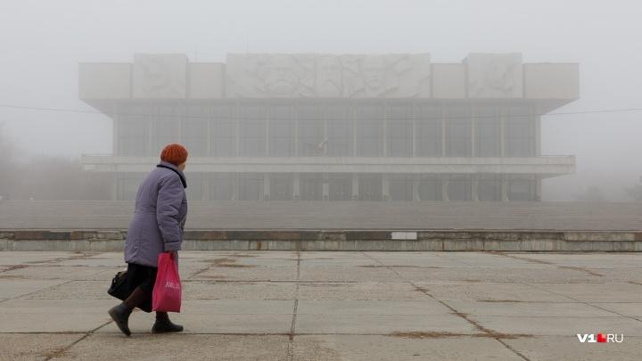 Волгоград второй день окутан туманом: серые картины с улиц города