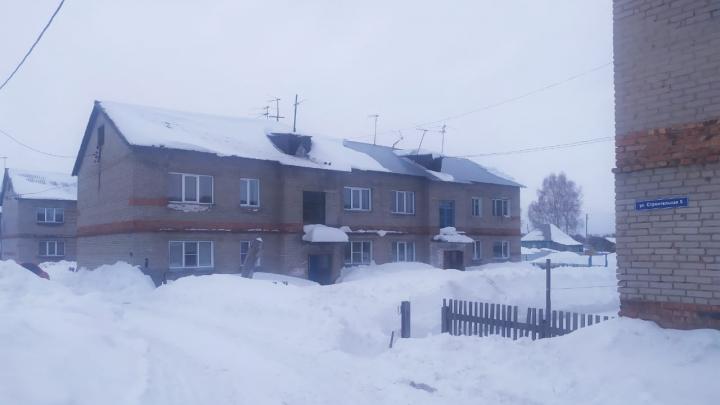 Под Новосибирском мужчина чистил двор и погиб из-за упавшей глыбы снега