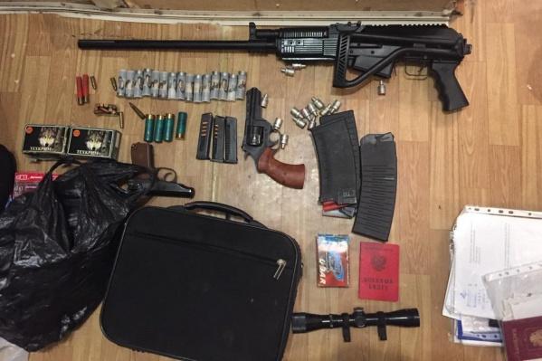 В квартире и гараже у тагильчанина хранились револьвер, карабин и пистолеты