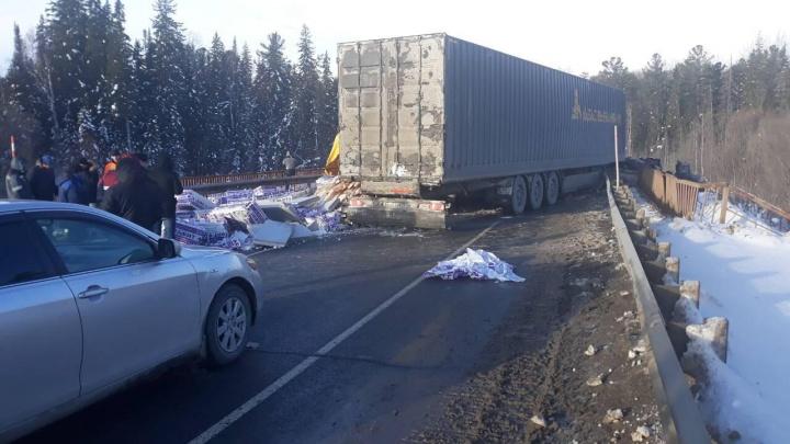 Кабина повисла с моста: трассу в сторону ХМАО перекрыли из-за серьезной аварии с фурами