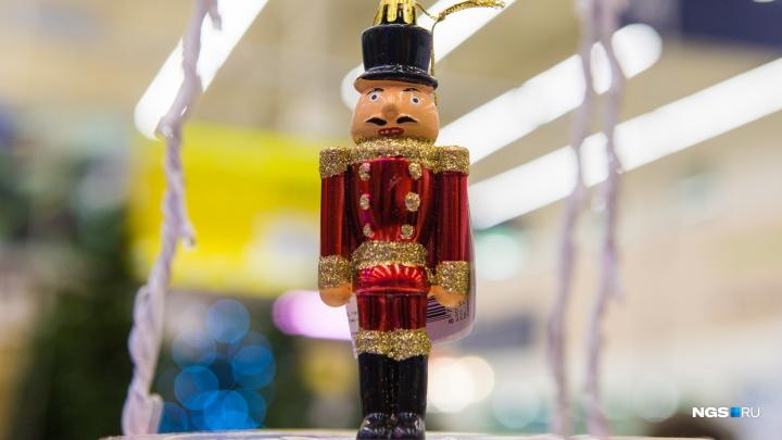 Нарядили: мы нашли самые необычные новогодние игрушки в магазинах Новосибирска (не все красивые)