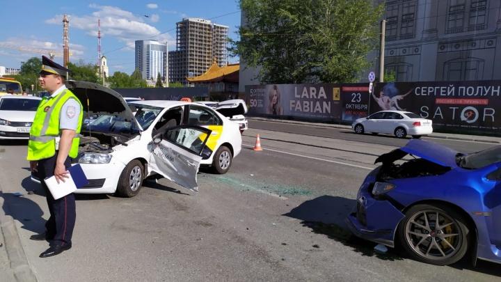 В центре Екатеринбурга Subaru врезался в такси на трамвайных путях