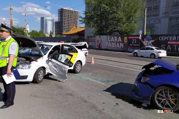 Skodaкомпании «Яндекс.Такси» разворачивалась через трамвайные пути
