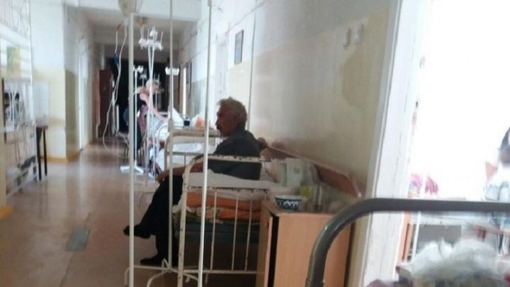 «После инсульта лежат в коридорах»: в волгоградской больнице пациентов выселили из палат