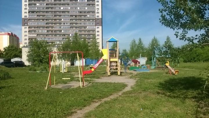 Детскую площадку у многоэтажки сдали в аренду под магазин