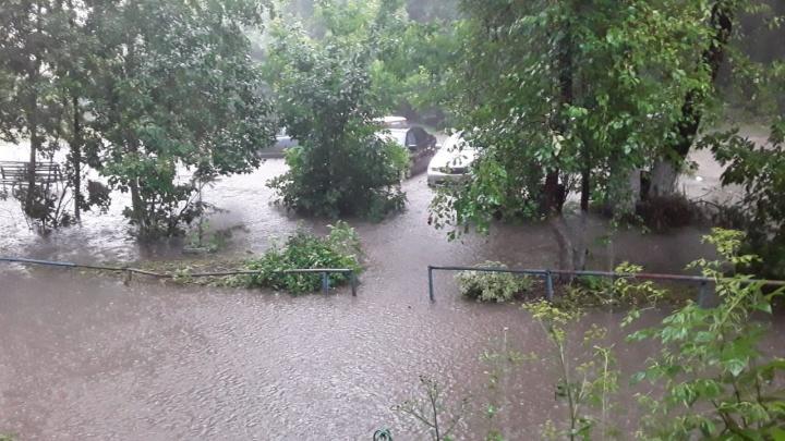 Ушли под воду: очередной ливень затопил город под Новосибирском