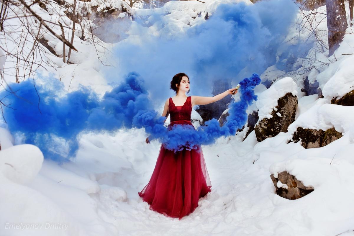 Уральские модели нарядились как на бал и полезли под землю: фотосессия из ледяной пещеры