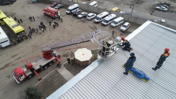 В Волгограде пожарные «потушили» большой автобусный парк: фото