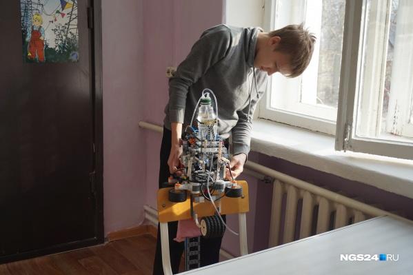 Робот собран из конструктора «Лего»