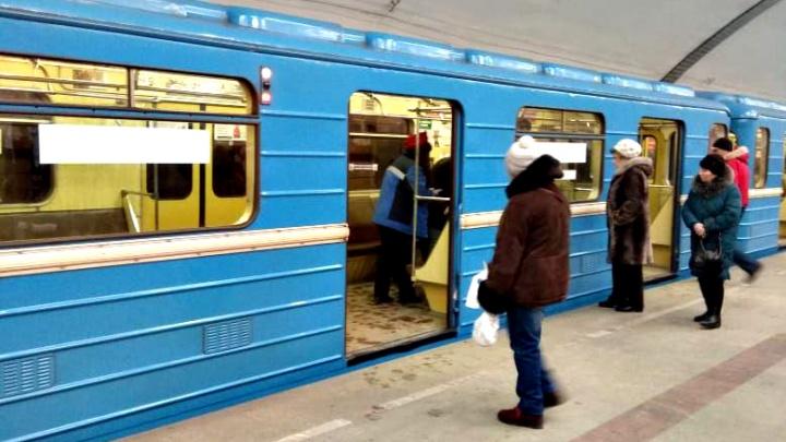 На «Площади Маркса» встали поезда — на перроне собралось несколько сотен человек