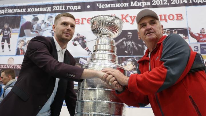 «Женька — народный любимец»: хоккеист Кузнецов показал челябинцам Кубок Стэнли