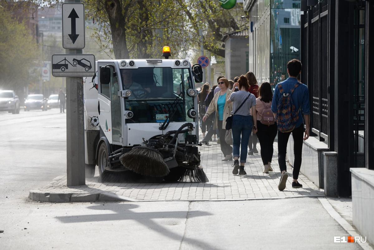 Вакуумные уборочные машины поднимают пыль и теснят людей с тротуаров