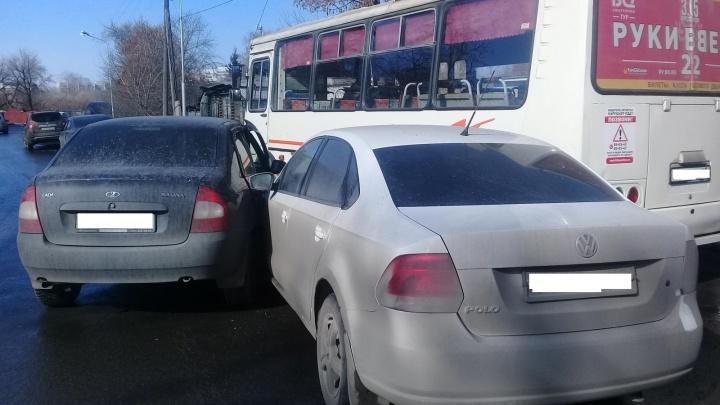 В Кургане столкнулись две легковушки и ПАЗ
