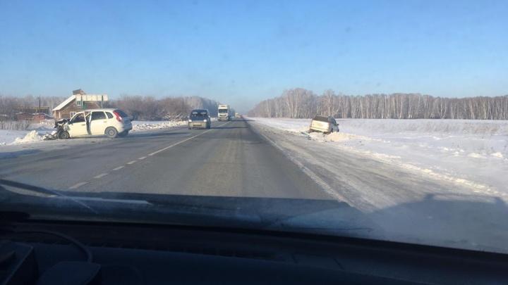 Land Cruiser и «Лада» столкнулись лоб в лоб на трассе под Новосибирском: один человек пострадал
