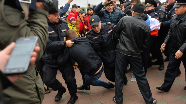 """""""Никогда так жёстко не крутили"""": фоторепортаж с пикета за Навального в Екатеринбурге"""