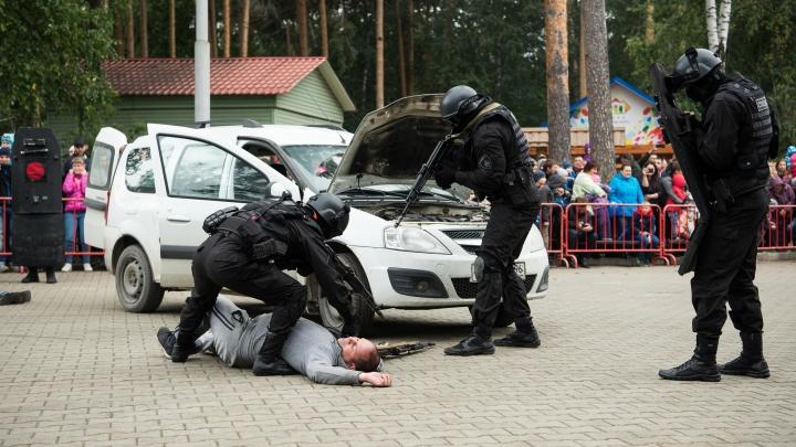 Полицейские, кинологи и спецназ обезвредили всех преступников в ЦПКиО, а ещё показали крутую технику