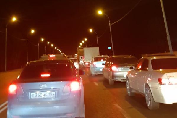 В пробке при подъезде к Бердску можно потерять больше часа