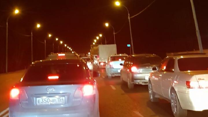 Водители застряли в пробке на трассе под Новосибирском