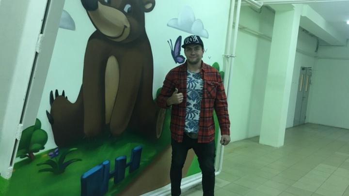 Приложил руку мастер граффити: в Челябинске разрисовали стены детской больницы №8
