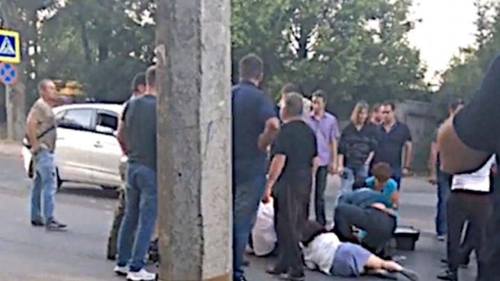 Отбросило на 15 метров: в Ростове на пешеходном переходе иномарка сбила беременную женщину и ребенка