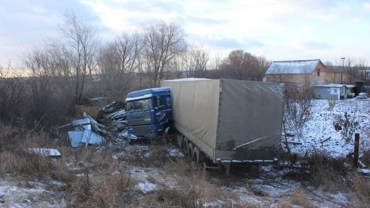 На трассе в Самарской области грузовик пробил забор на дачном участке