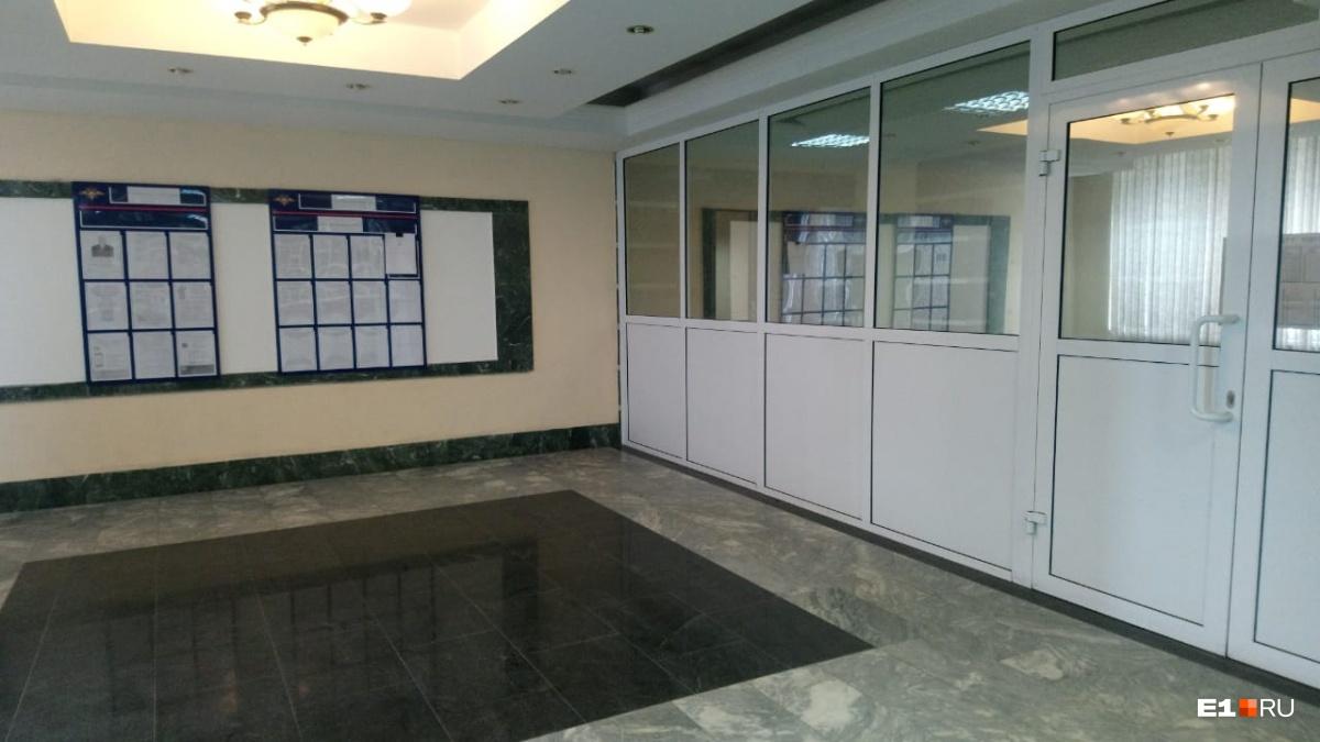 Главный вход в здание, куда вызвали Васильева