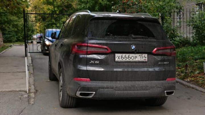 «Я паркуюсь как чудак»: BMW 666 — закрою проезд, врачи скорой пешком добегут